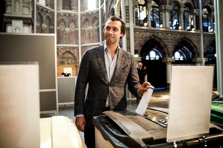 Forum voor Democatie-leider Thierry Baudet brengt zijn stem uit voor de gemeenteraadsverkiezingen en het raadgevend referendum voor de inlichtingenwet, vorig jaar maart. Beeld ANP
