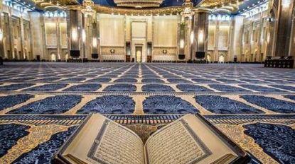 Moskee Atakwa schort vrijdaggebed op