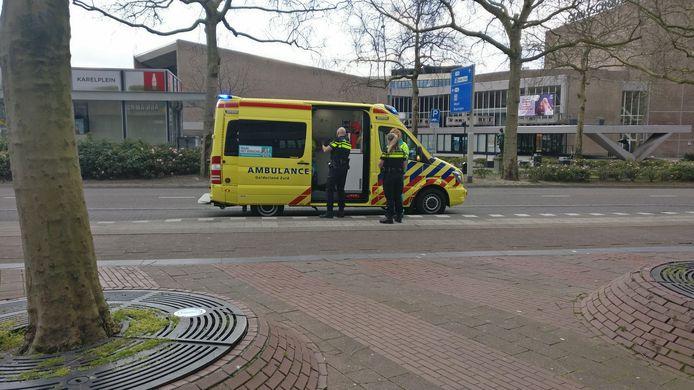 De gewonde wordt onderzocht na de steekpartij in Nijmegen.