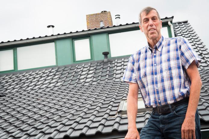 Willem Kox uit Houten liet tientallen dakpannen met ingebouwde zonnepanelen op zijn dak leggen.