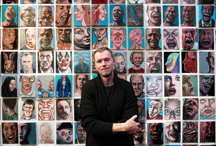 Kunstenaar Erik Suidman voor zijn serie van 1300 portretten in galerie Kunstliefde in 2015.