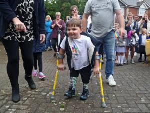 Cet enfant de 5 ans, amputé des deux jambes, récolte 1,2 million d'euros grâce à une performance incroyable