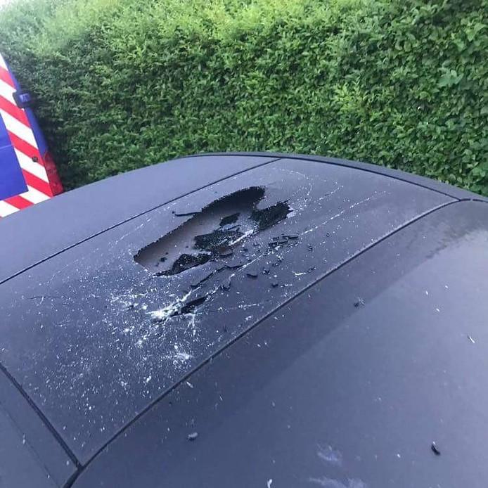 Een van de vernielde auto's