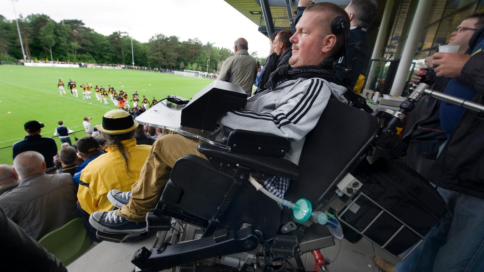 Dick Cochius uit Arnhem eind juni op de tribune bij de eerste training van Vitesse.