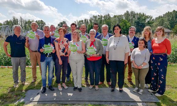 Vertegenwoordigers van de acht Wase gemeenten ondertekenen het charter Gezonde Gemeente, waarmee ze zich engageren om een lokaal gezondheidsbeleid uit te tekenen.