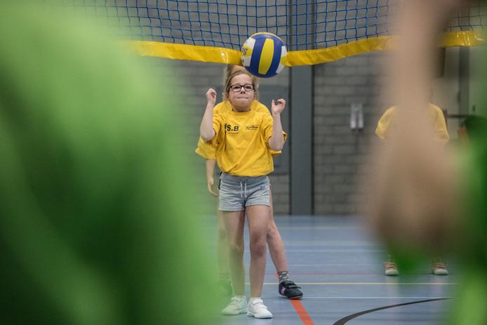 Leerlingen van diverse basisscholen aan het volleyballen in de Rosmolen in Beneden-Leeuwen.