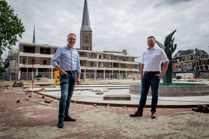 """Gerard Gerrits (links) en Joop Nijenhuis hebben de mouwen opgestroopt.  """"Ik heb al heel wat stempeltjes op de binnenstad gedrukt"""", zegt Gerrits."""