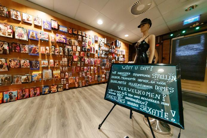 Een kijkje bij de erotische cinema Gewoon in Roosendaal. De shop naast de bioscoopzalen.