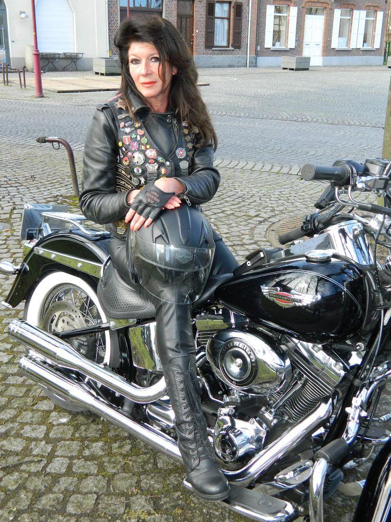 Dorine Suttels op haar blinkende Harley-Davidson.
