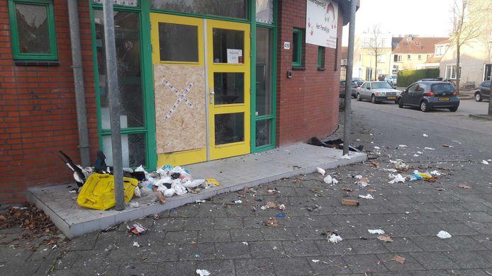 Een vuurwerkbom bij de entree van kinderdagverblijf Het Paradijsje in Gouda heeft vannacht flinke schade aangericht
