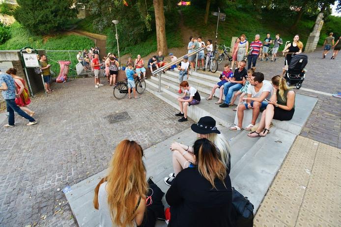 Jongeren spelen Pokémon GO in park Valkhof in Nijmegen.