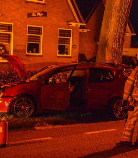 Bestuurder schampt auto en boom in Steenwijkerwold en raakt gewond