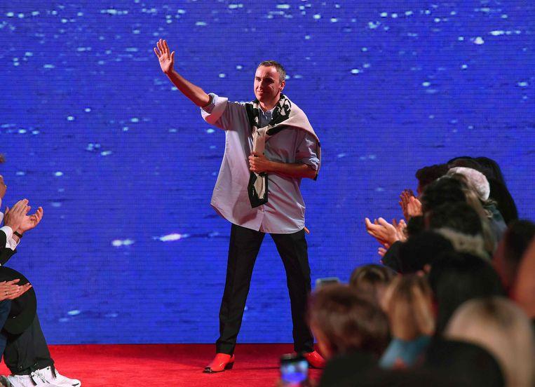 Raf Simons aan het einde van een show van 205W39NYC van Calvin Klein.