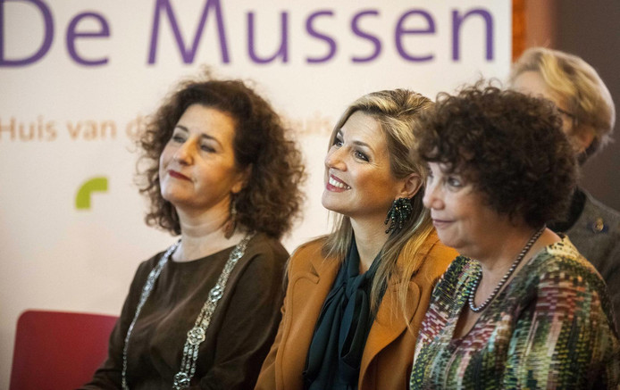 Koningin Máxima tussen de Haagse loco-burgemeester Ingrid van Engelshoven (links) en directeur Nicoline Grötzebauch van De Mussen in.
