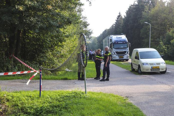 Agenten in de omgeving van de onbemande truck.