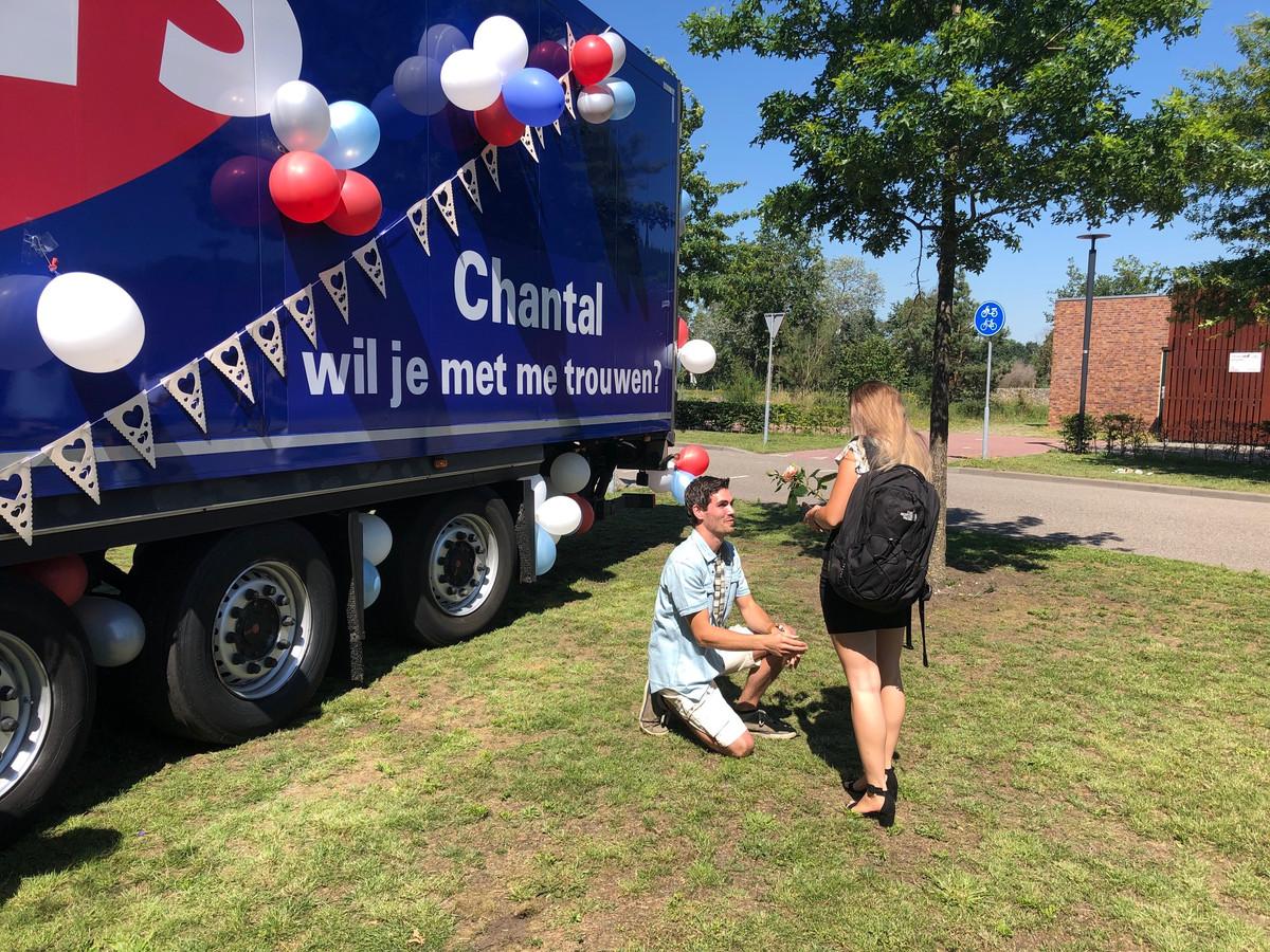 Martijn van den Berg gaat bij ziekenhuis Bernhoven op de knieën voor zijn vriendin Chantal van Doorn. Zijn vraag stond al op de vrachtauto.