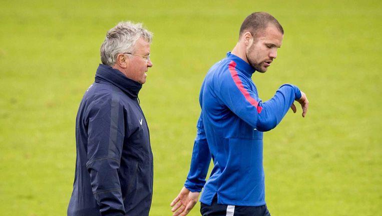 Ron Vlaar en bondscoach Guus Hiddink tijdens de training van het Nederlands elftal. Beeld ANP