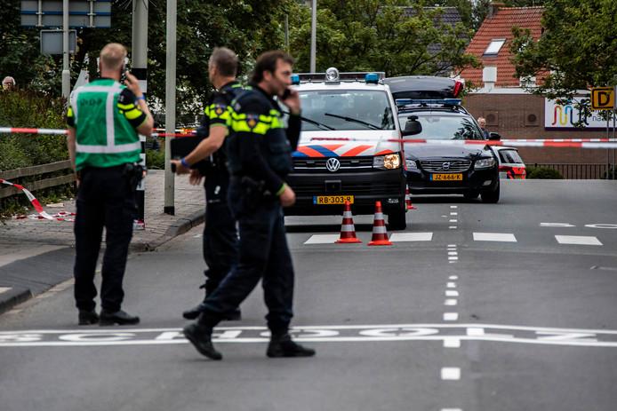De politie moest de man, die met een mes zwaaide en schreeuwde naar voorbijgangers, neerschieten bij de arrestatie. Nadat hij was neergeschoten werd hij met hulp van een politiehond aangehouden.