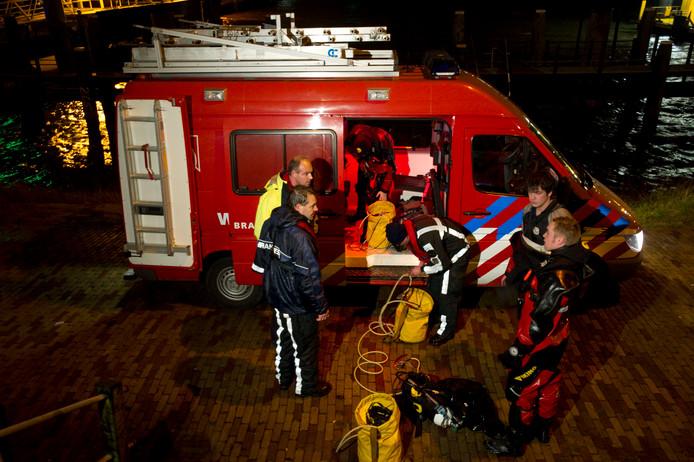 Ter illustratie: een brandweerauto met duikers staan klaar om in actie te komen. Deze foto hoort niet bij de actie op het Markermeer.