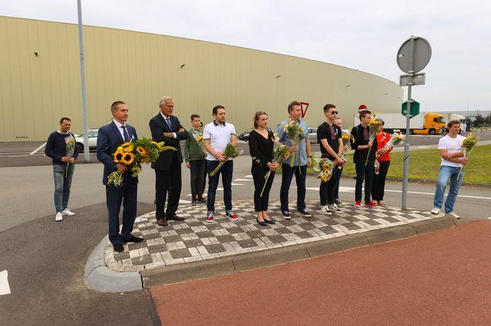 In aanwezigheid van de militair attaché van de Oekraïense ambassade legden enkele nabestaanden en Eindhovense Oekraïners vrijdagavond zonnebloemen bij het Eindhovense MH17-monument.
