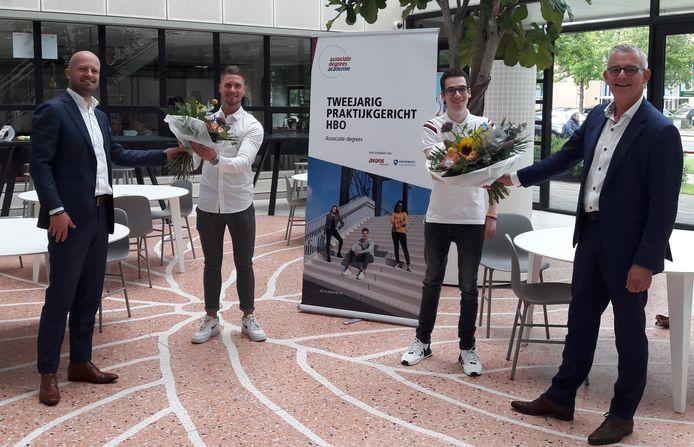 Directeur Roland van der Poel (l.) en wethouder René van Ginderen (r.) feliciteren respectievelijk Guus Feijns en Thomas Hopstaken, twee van de eerste honderd afgestudeerden van de Associate degrees Academie