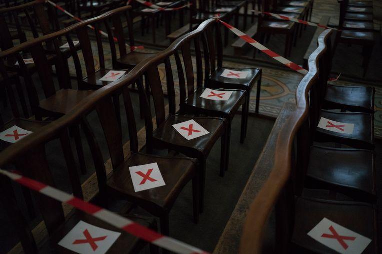In Frankrijk moeten kerkbezoekers zich eveneens aan strenge regels houden. Op stoelen met een kruis erop mag niemand gaan zitten. Beeld AP