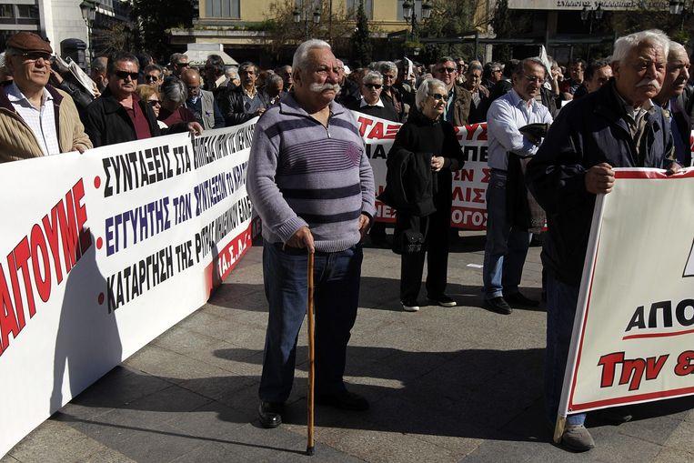 Gepensioneerden demonstreren begin april in Athene voor een verhoging van de pensioenen. Beeld Orestis Panagiotou / EPA
