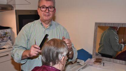 """Kapper 'Mono' hangt zijn schaar na  57 jaar aan de haak: """"Eigenlijk vroeg ik te weinig geld"""""""