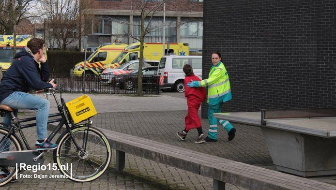 Een ambulancemedewerker neemt een leerling mee voor controle