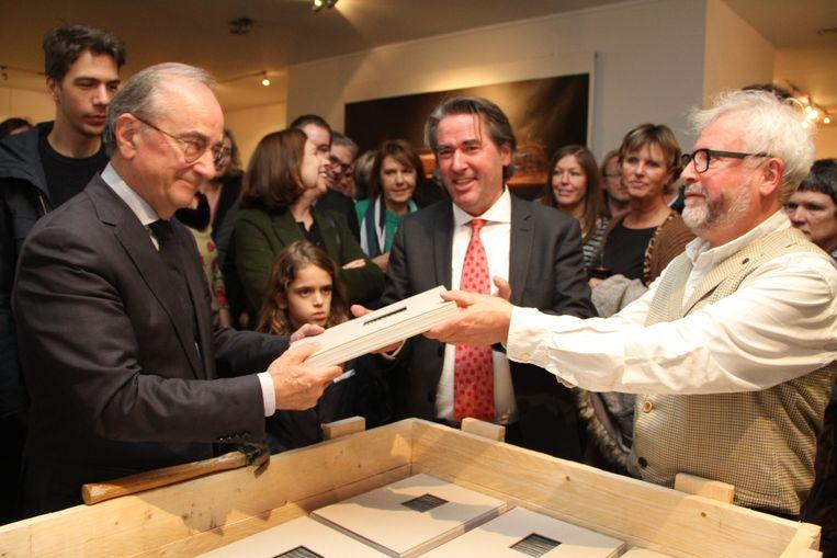 Luc Martens krijgt het eerste exemplaar van het kunstboek onder toeziend oog van uitgever Bart Gevaert