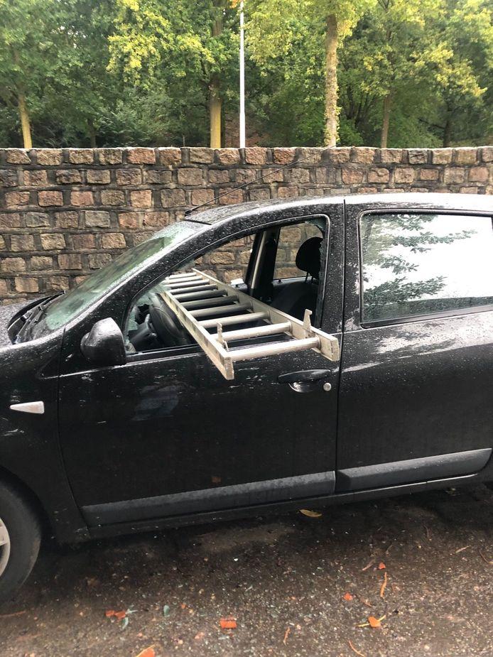 De ladder dwars door de auto van Tjarda van Egmond.