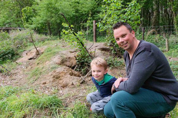 Koen Vandeputte met zoon Jarne (6) aan de uitgestrekte vossenburcht in de achtertuin.