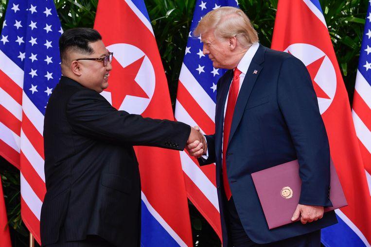 De Noord-Koreaanse leider Kim Jong-un met de Amerikaanse president Donald Trump na de eerste top tussen de twee op 12 juni van dit jaar in Singapore.