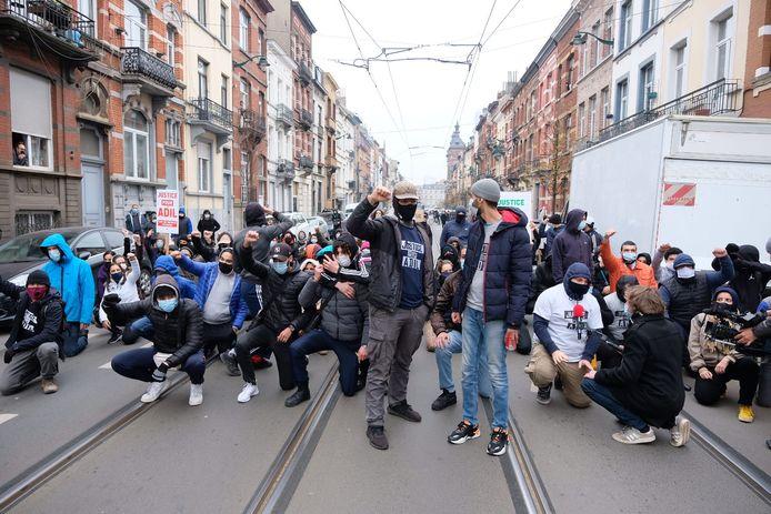 Tientallen jongeren kwamen na 14u samen in de buurt van het gemeentehuis van Anderlecht.
