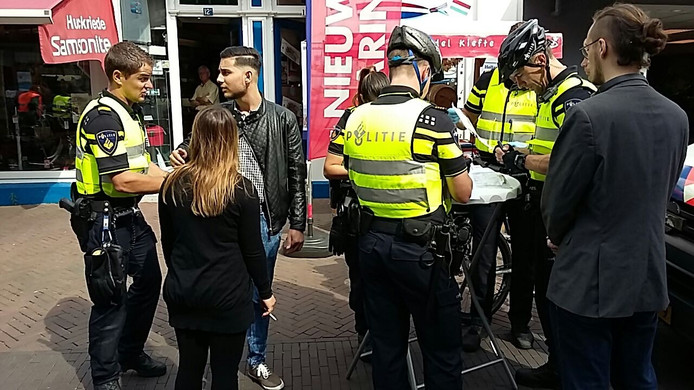 Passanten worden gecontroleerd door de politie