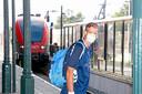 """Puffen geblazen met mondkapjes in het openbaar vervoer. ,,Het is niet leuk, maar het moet"""", aldus veel reizigers."""