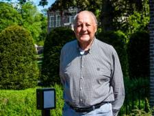 Fons van der Laan (90) loopt pelgrimstocht in de tuin