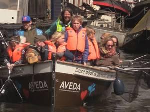 Vrijwilligers vissen Koningsdagtroep uit Amsterdamse grachten