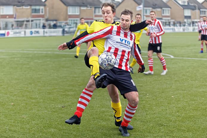 Zwaluwe-speler Joey Konings (rood-witte shirt) wordt flink op de huid gezeten door Sparta '30-speler Richard van Stigt.