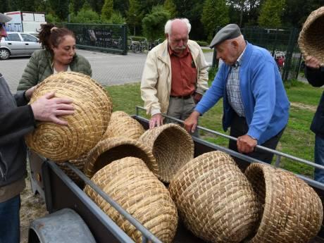 Kastjes en korven kijken op de bijenmarkt van Veenendaal