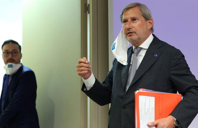 Begrotingscommissaris Johannes Hahn op het EU-hoofdkwartier in mei.  Beeld AP