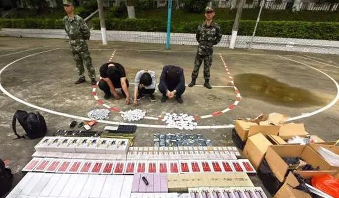 De politie nam talloze goederen in beslag.