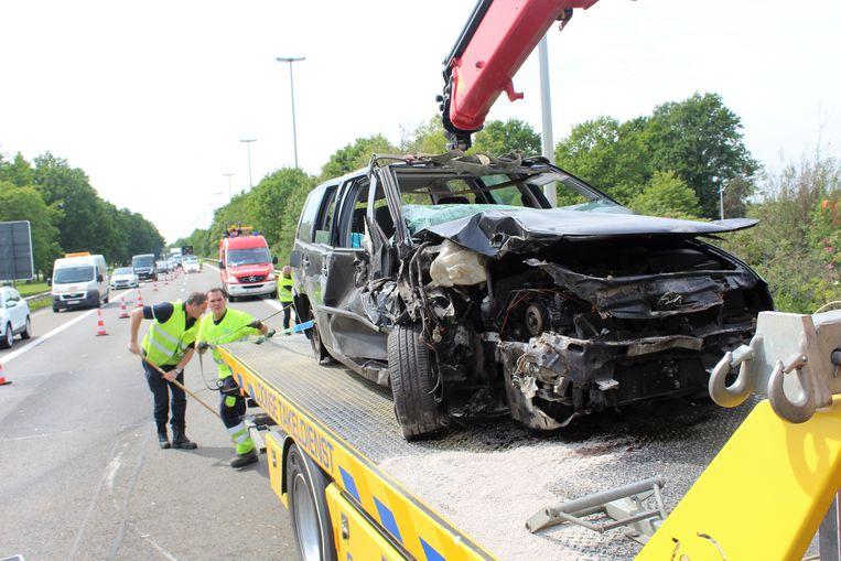 De wagen sloeg na een botsing met een truck over de kop