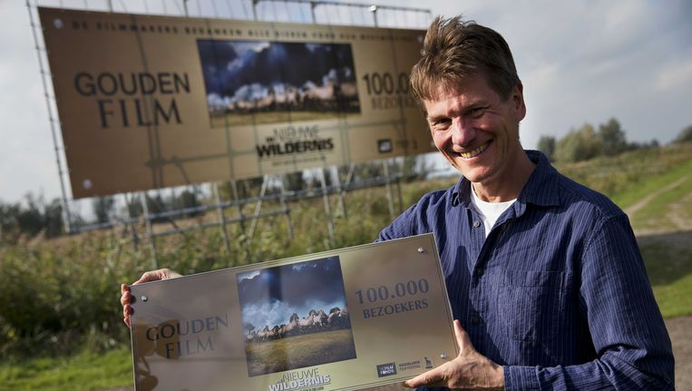 Regisseur Mark Verkerk van de Nederlandse natuurfilm De Nieuwe Wildernis met de Gouden Film Award. Beeld ANP Kippa