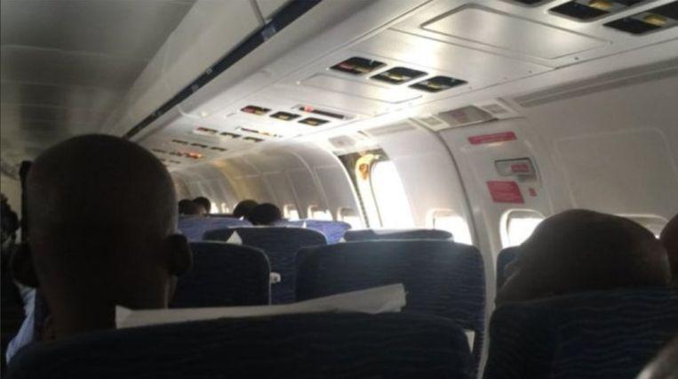 """""""'Poef', de deur was weg"""", zeggen de passagiers van een vlucht van Dana Air naar Lagos. Op de foto die passagier Dapo Sanwo nam, is te zien hoe op de plek waar de nooddeur normaal zit, een gapend gat te zien is."""