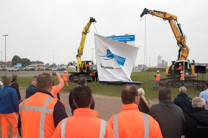Na een kleine hapering kon het bouwbord worden onthuld voor de start van de woningbouw in het nieuwe deel van het Waterfront met de wijken Stadswerven en De Kades.