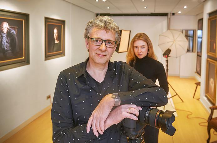 """Fotograaf Rob Pluijm met zijn dochter ivm. fotoproject """"meiden zonder make up"""" in zijn studio te Ravenstein. Fotograaf: Van Assendelft/Jeroen Appels"""