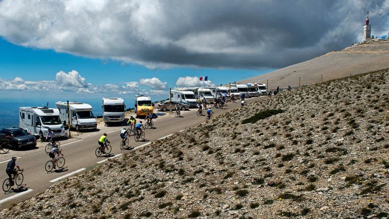 Amateurfietsers stoempen naar de top van de Mont Ventoux. De straffe wind maakte de klim woensdag tot een nog zwaardere beproeving. Helaas voor de mensen in de campers zal de Tourkaravaan hier vandaag niet langskomen. Beeld null