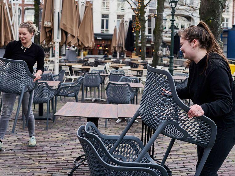 De cafés op het Plein in Den Haag mogen op 1 juni om 12 uur hun terrassen weer openen. Beeld ANP