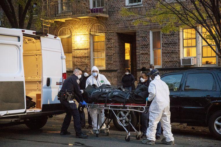 Een dode wordt in Brooklyn weggehaald uit een huis.